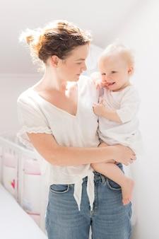 Madre di vista frontale che tiene la sua neonata