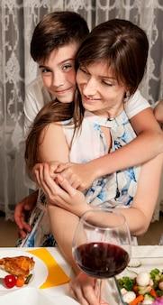 Vista frontale della madre e del figlio a tavola