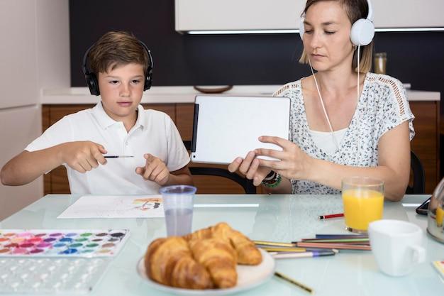 Вид спереди матери вместе с сыном дома