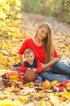 Вид спереди матери с очаровательным ребенком