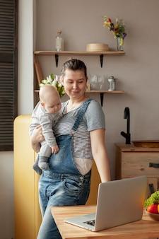 Вид спереди матери с ребенком на дому