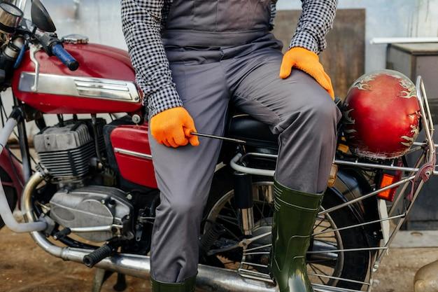 Vista frontale del meccanico del motociclo con occhiali protettivi