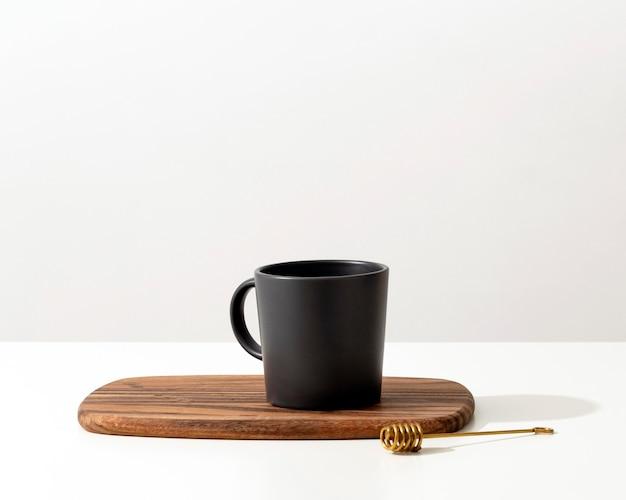 Vista frontale della tazza con cucchiaio e copia spazio