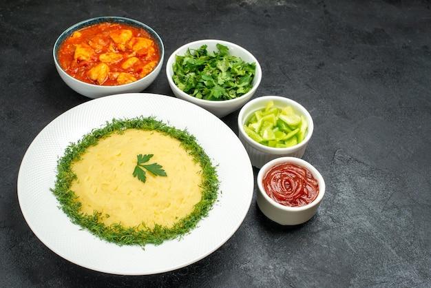 회색 공간에 채소와 토마토 소스를 곁들인 전면보기 mushed 감자