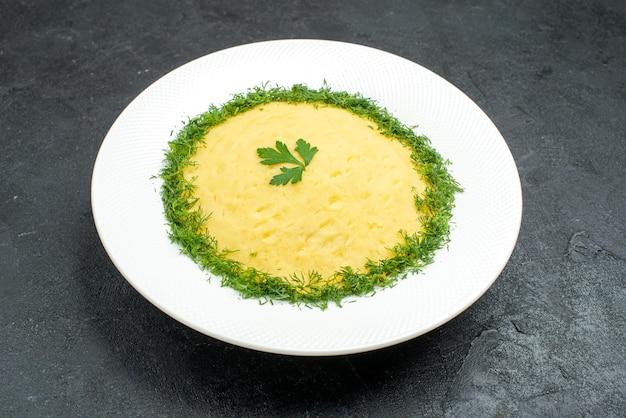 Purè di patate vista frontale con verdure all'interno del piatto sullo spazio grigio