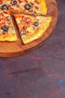 전면보기 버섯 피자 어두운 표면 음식 이탈리아 피자 빵 반죽 식사에 치즈와 올리브와 함께 요리 반죽을 슬라이스