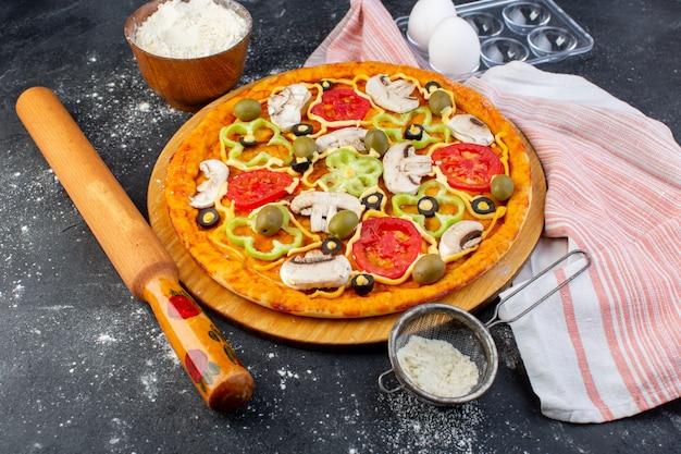 빨간 토마토 피망 올리브와 함께 전면보기 버섯 피자는 모두 회색에 기름과 밀가루로 안에 슬라이스