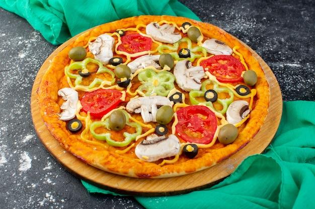 Вид спереди грибная пицца с красными помидорами, оливками, грибами, нарезанными внутри на темноте