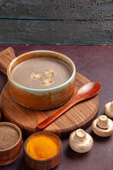 暗い空間に調味料を変えた正面図きのこスープ