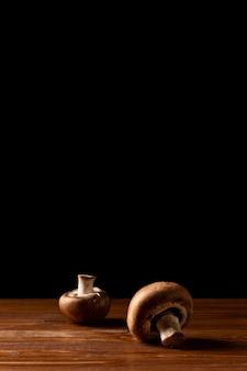 テーブルの上のキノコの正面図
