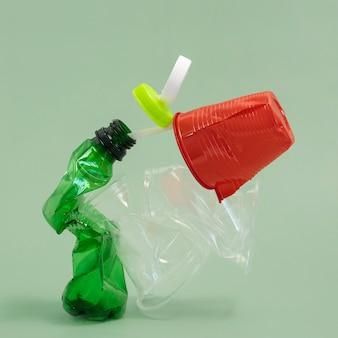 Disposizione degli elementi in plastica non ecologica vista frontale Foto Gratuite