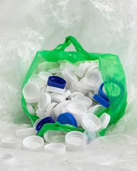 Disposizione degli elementi in plastica non ecologica vista frontale