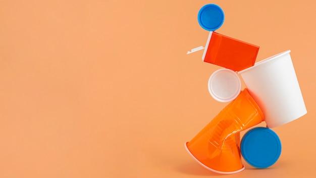 Ассортимент неэкологичных пластиковых элементов, вид спереди