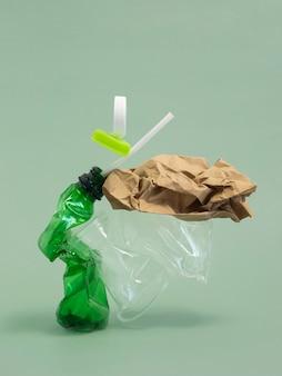 Assortimento di elementi in plastica non ecologici vista frontale