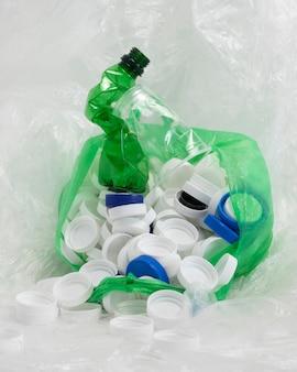 Elementi in plastica non ecologici vista frontale