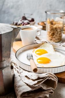 전면보기 영양가있는 아침 식사 구성