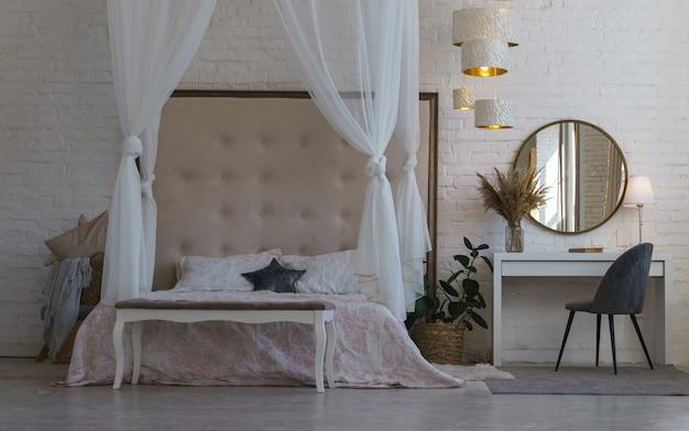 ベッドと鏡の正面図