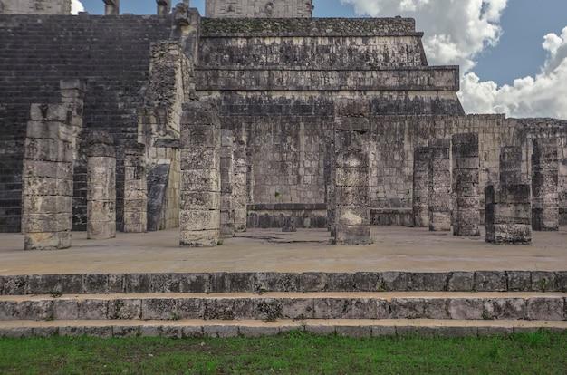 メキシコのチチェンイツァ考古学複合施設にある戦士の神殿の詳細の正面図