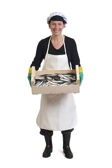 白い背景の上のイワシの箱と魚屋の完全な肖像画の正面図、