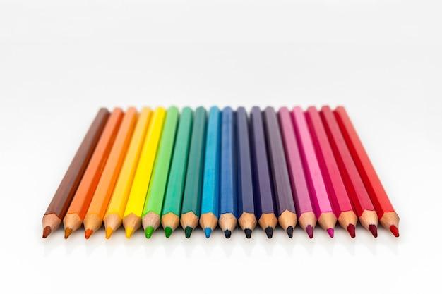 Группа цветных карандашей на белом фоне, вид спереди