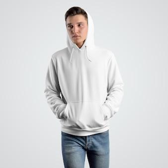 Вид спереди макета белого балахона на молодого парня в капюшоне. шаблон фирменной одежды для презентации и продажи в магазине.