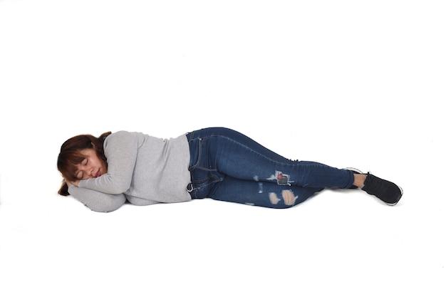 白い背景の上に横たわっている女性の正面図