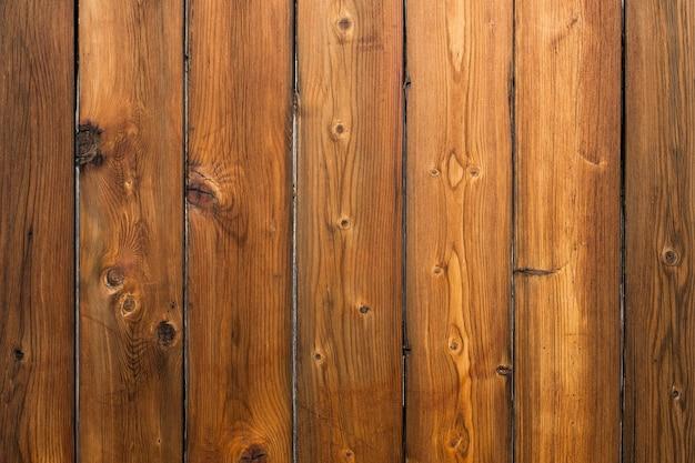 Вид спереди внешней неокрашенной деревянной стены.