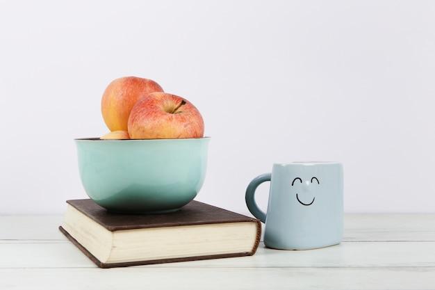책에 사과 그릇의 전면 모습