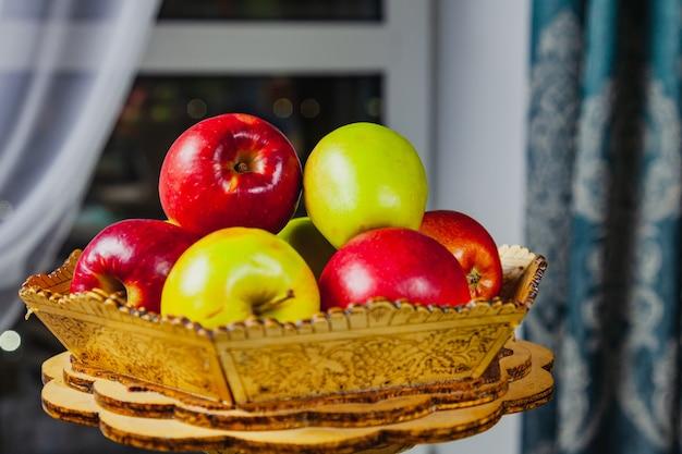 木製の箱の中のリンゴの正面図