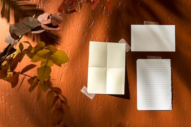 コピースペースと秋のムードボードの正面図
