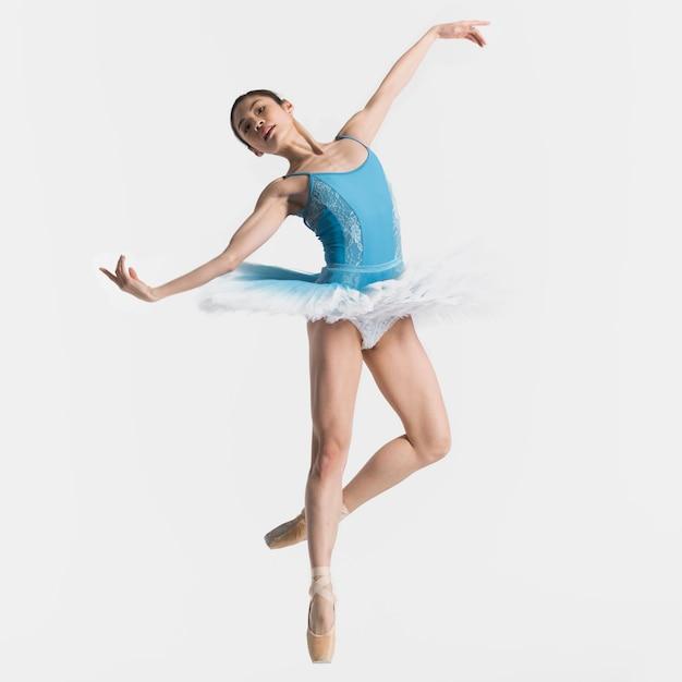 Вид спереди балерина танцует