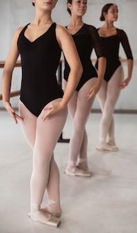 Вид спереди балерин, репетирующих вместе в купальниках