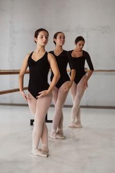 Вид спереди балерин, репетирующих в купальниках
