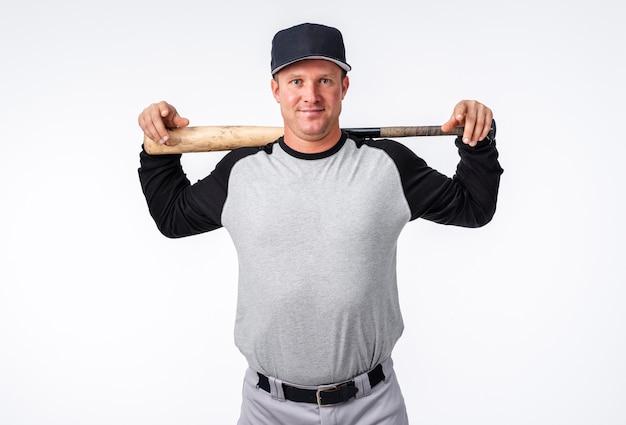 박쥐와 모자와 함께 포즈를 취하는 야구 선수의 전면 모습