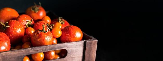 Вид спереди корзины с осенними помидорами и копией пространства Premium Фотографии