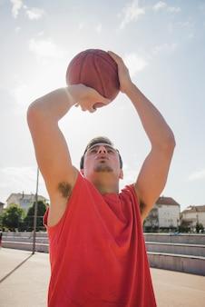 Вид спереди баскетболиста
