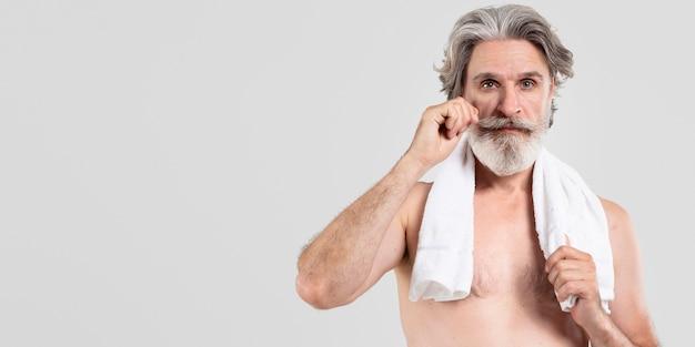タオルでひげを生やした年配の男性人の正面図
