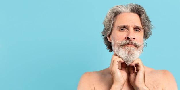 ひげを生やした年配の男性人の正面図