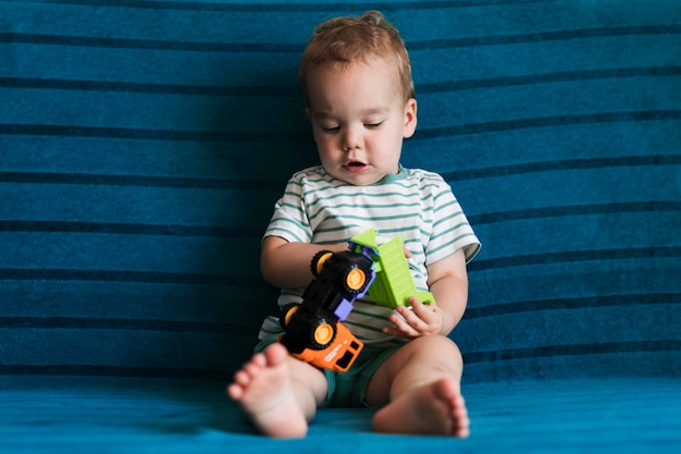 Вид спереди красивого мальчика Бесплатные Фотографии