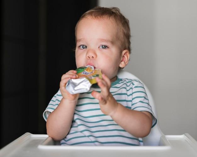 Вид спереди концепции красивого ребенка