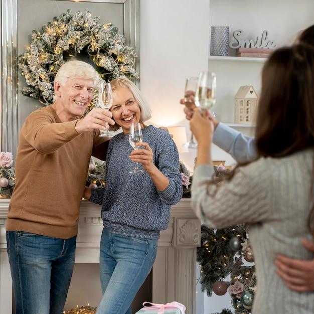 Вид спереди красивой семейной рождественской концепции