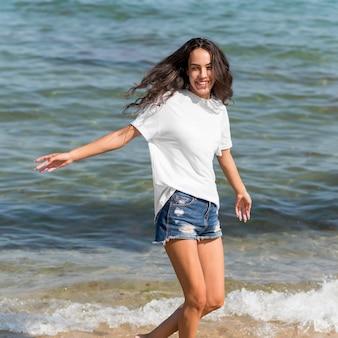 ビーチで美しい少女の正面図