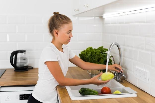 Вид спереди красивой девушки приготовления пищи