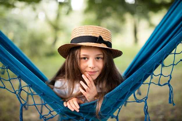ハンモックで美しい少女の正面図