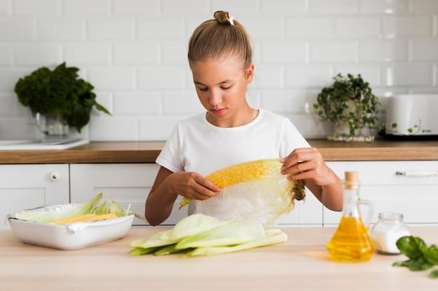 Вид спереди красивой девушки на кухне
