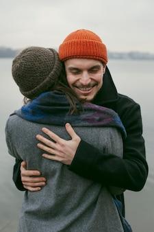 Вид спереди красивой и счастливой пары