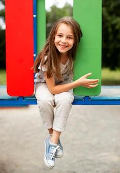 Вид спереди красивой счастливой девушки в парке