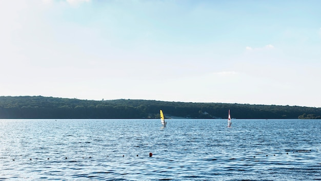 美しい湖の正面図