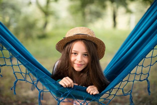 ハンモックで美しい笑顔の女の子の正面図