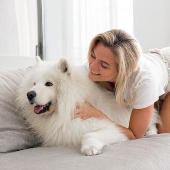 美しい女性と犬の正面図